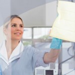Como remover manchas do box de banheiro? Veja misturinha caseira que resolve o problema