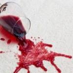 Dicas fáceis e caseiras para tirar manchas de vinho de tecidos