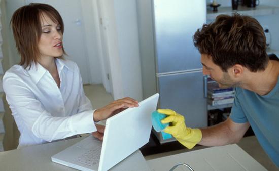 Aprenda a limpar a tela do notebook sem riscá-la