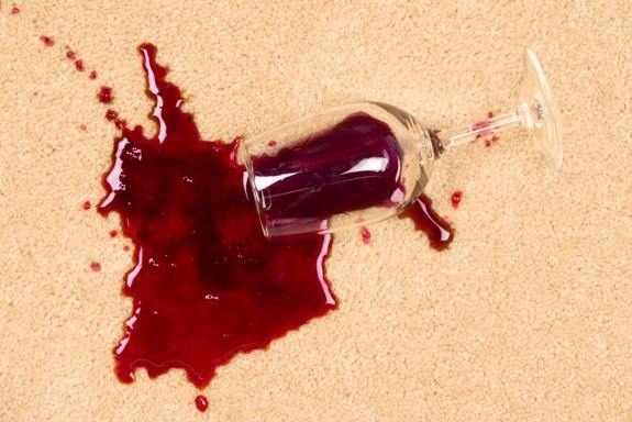 Como remover manchas persistentes do tapete, de ferrugem a vinho tinto