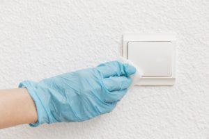 Como limpar interruptores e tomadas com segurança