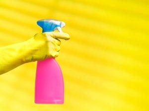 Como limpar a sala de estar: truques para facilitar a faxina de cada item