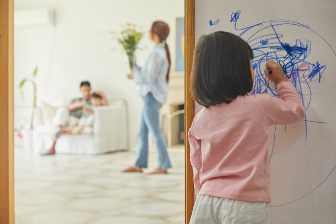 Dicas preciosas para limpar os rabiscos na parede feitos pelas crianças
