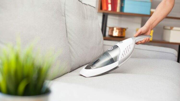 Como limpar sofá: 5 dicas de limpeza para você ficar de olho